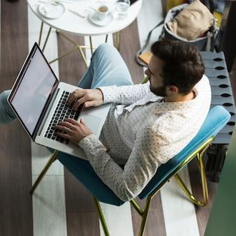 Hoge hoek jonge zakenman werken