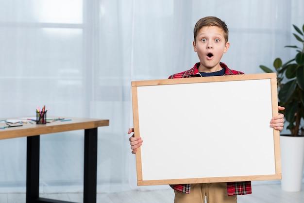 Hoge hoek jongen met frame