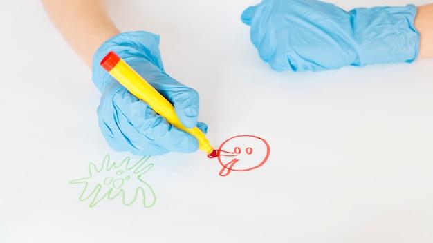 Hoge hoek jongen thuis tekenen