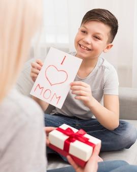 Hoge hoek jongen verrassende moeder