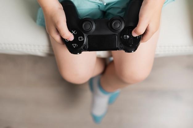 Hoge hoek jongetje met een controller close-up