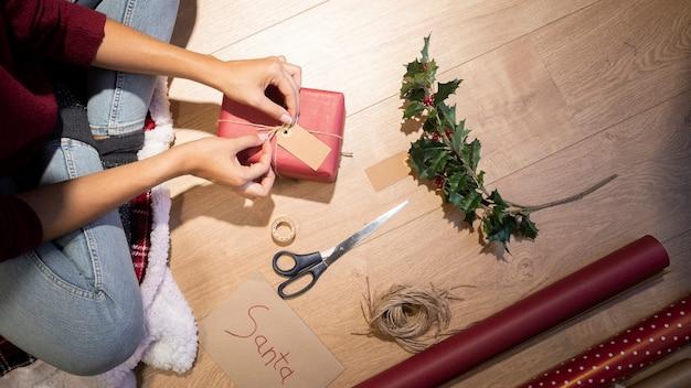 Hoge hoek kerstcadeaus voorbereiding