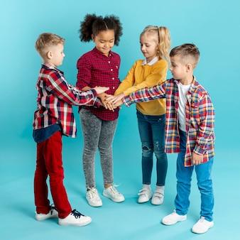 Hoge hoek kinderen doen handbewegingen