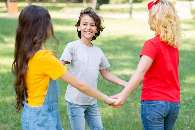 Hoge hoek kinderen hand in hand