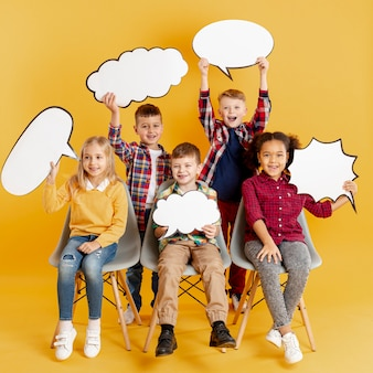 Hoge hoek kinderen houden praatjebellen