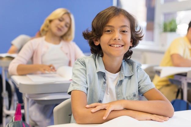 Hoge hoek kinderen in de klas
