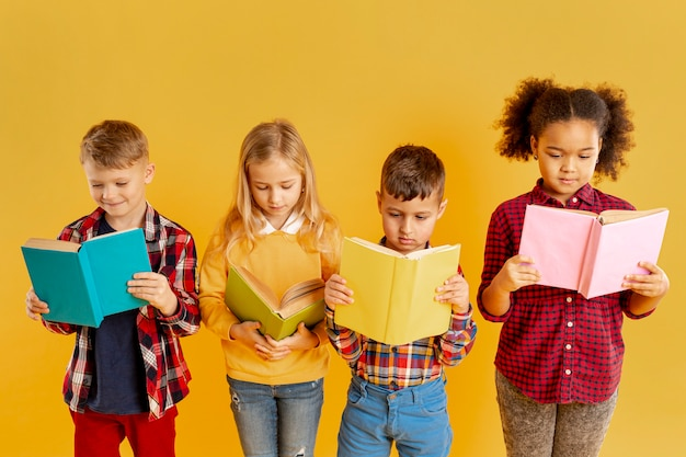 Hoge hoek kinderen lezen