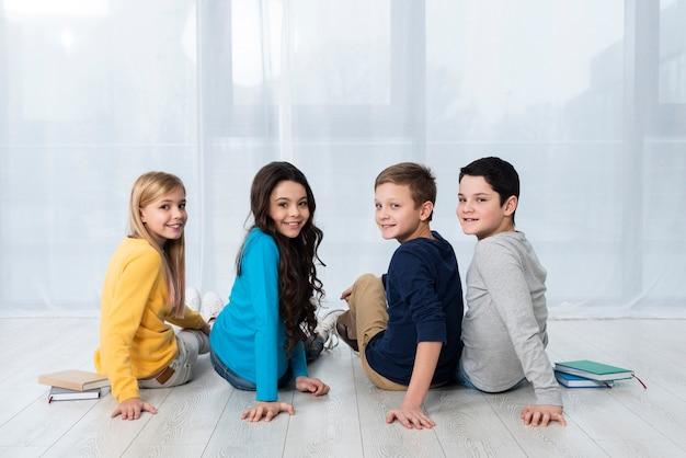 Hoge hoek kinderen op de vloer