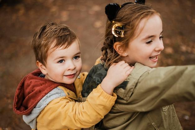 Hoge hoek kinderen plezier buitenshuis