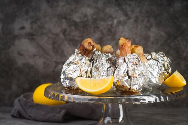 Hoge hoek kip met citroenen