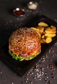 Hoge hoek klassieke hamburger met frietjes