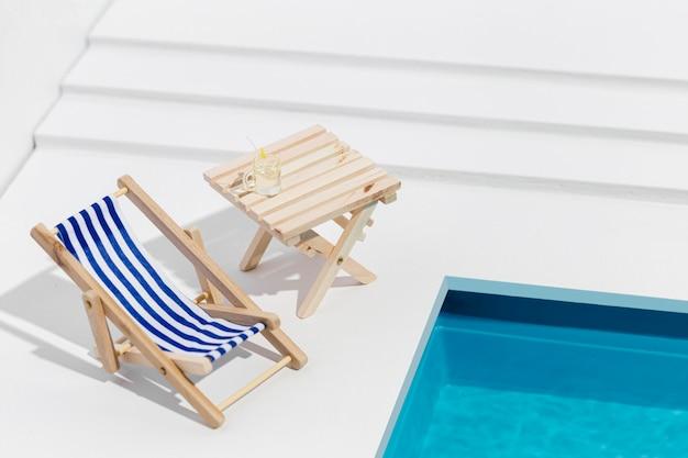 Hoge hoek kleine opstelling van zwembadartikelen