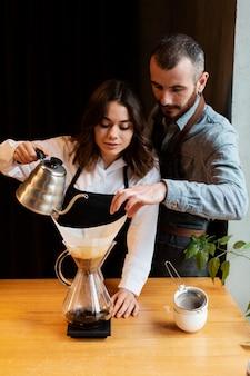 Hoge hoek kleine zakelijke partners werken