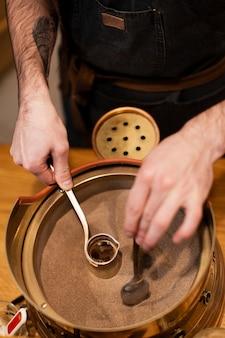 Hoge hoek koffieproces voorbereiden