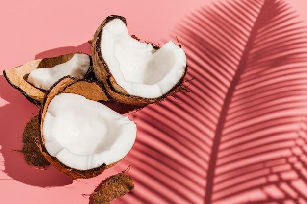 Hoge hoek kokosnoten met roze achtergrond