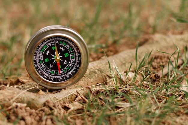 Hoge hoek kompas in de natuur