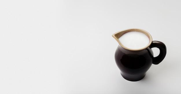 Hoge hoek kopje melk met kopie ruimte