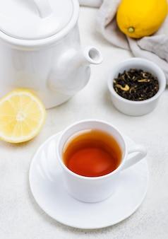 Hoge hoek kopje met thee op bureau