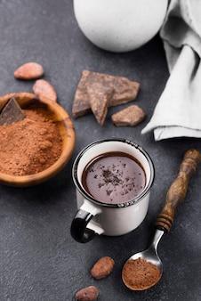 Hoge hoek kopje warme chocolademelk