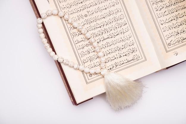 Hoge hoek koran op tafel