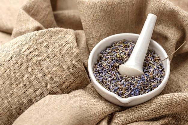 Hoge hoek lavendel plant in een kom arrangement