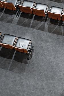 Hoge hoek lege stoelen met schaduwen