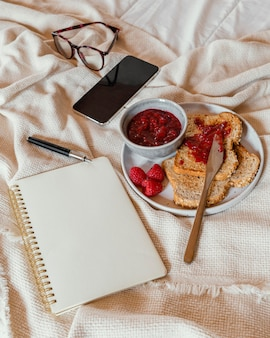 Hoge hoek lekker ontbijt en notebook