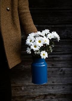 Hoge hoek lentebloemen in vaas op tafel