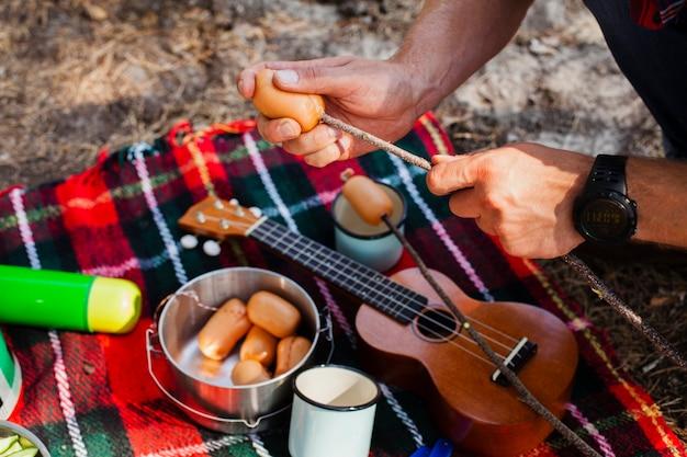 Hoge hoek maaltijd kookproces tijdens het kamperen