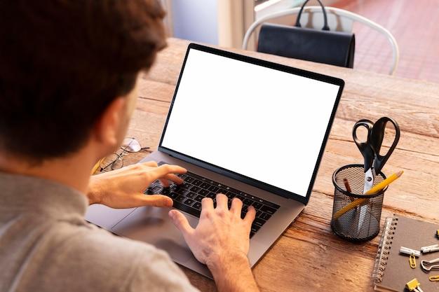 Hoge hoek man aan het werk op een freelance-project