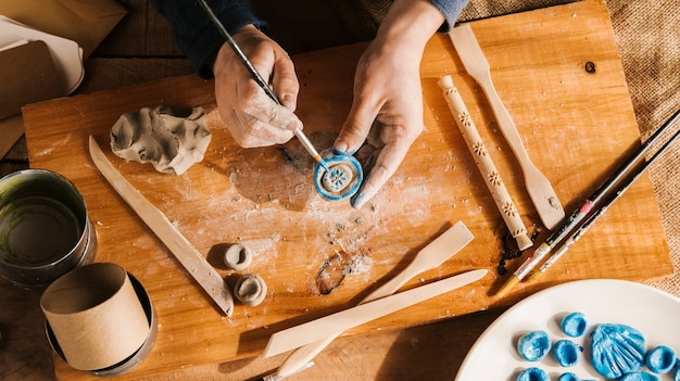 Hoge hoek man carving kunstwerken