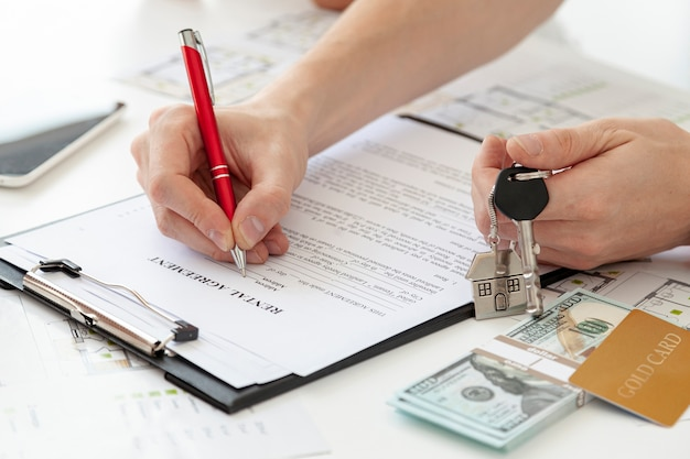 Hoge hoek man ondertekening van een contract voor een nieuw huis