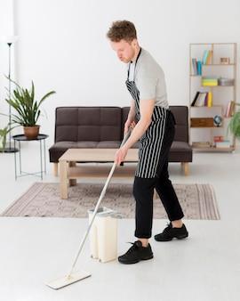 Hoge hoek man ranselende vloer