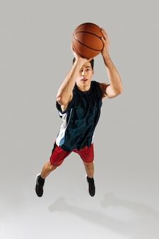 Hoge hoek man spelen basketbal