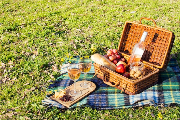 Hoge hoek mand vol goodies voor picknick dag