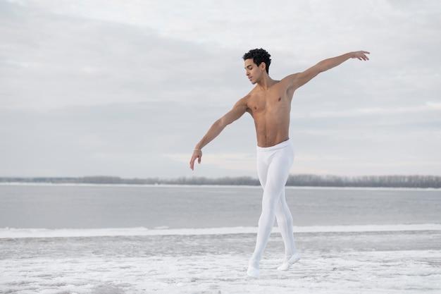 Hoge hoek mannelijk dansend ballet