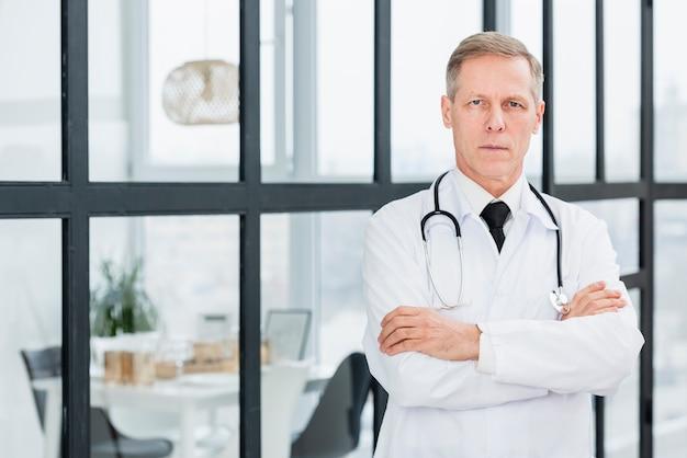 Hoge hoek mannelijke arts
