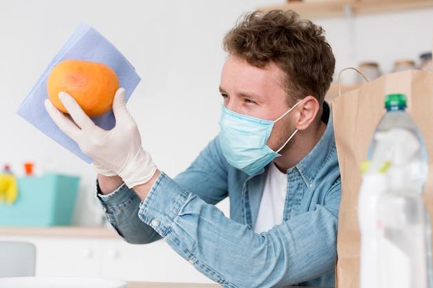 Hoge hoek mannelijke schoonmaak fruit
