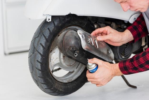 Hoge hoek mechanische man repareren motorfiets