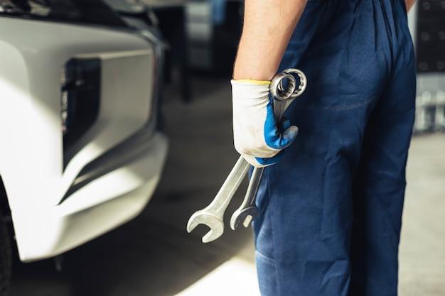 Hoge hoek mechanische medewerker met moersleutel