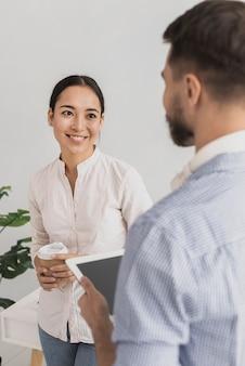 Hoge hoek medewerkers op koffiepauze