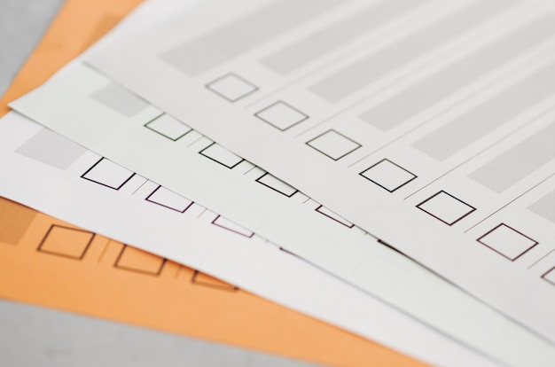 Hoge hoek meerdere niet-voltooide verkiezingsvragenlijsten
