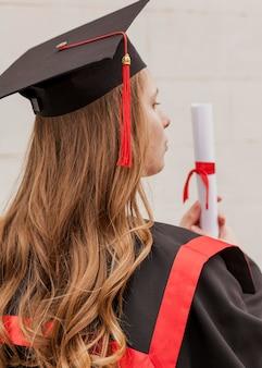 Hoge hoek meisje met diploma