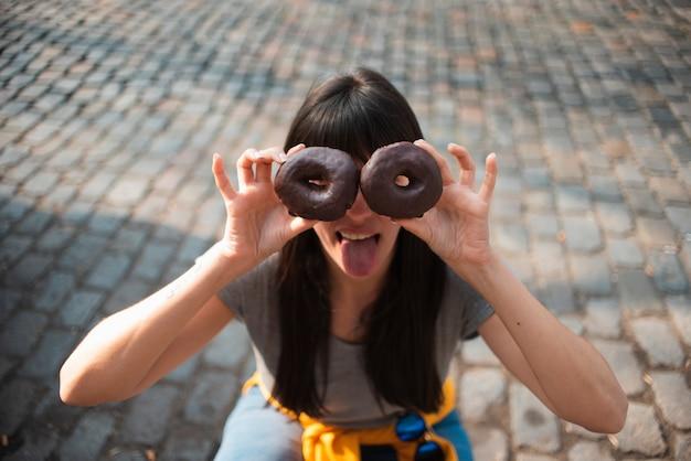 Hoge hoek meisje met donuts