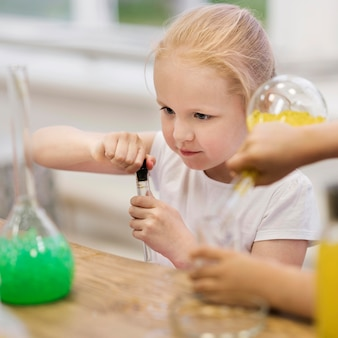 Hoge hoek meisje op wetenschap klasse