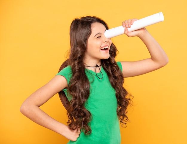 Hoge hoek meisje op zoek gooien binoculair papier