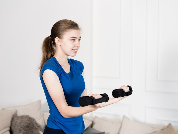 Hoge hoek meisje training met gewichten