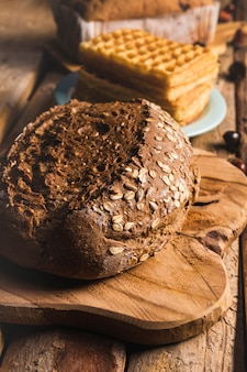 Hoge hoek met brood op een snijtafel