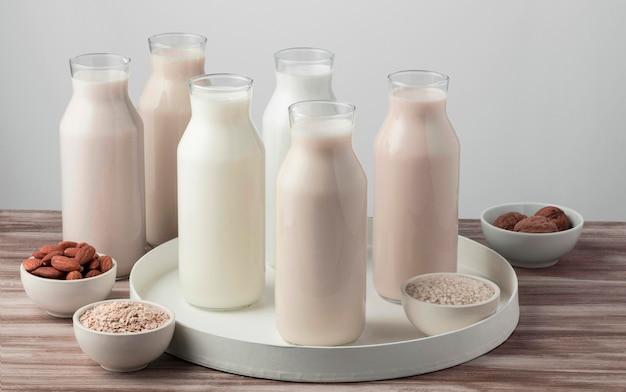 Hoge hoek met verschillende soorten melk