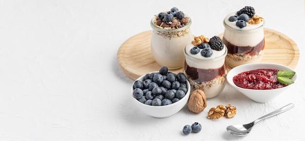 Hoge hoek mix van yoghurt met fruit, haver en jam met kopie-ruimte